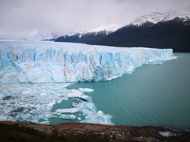 Perito Moreno Gletscher mit Weitsicht in die Berge