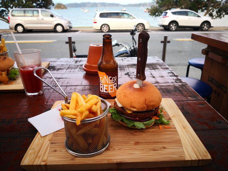 Vegetarischer Burger mit Ginger Beer