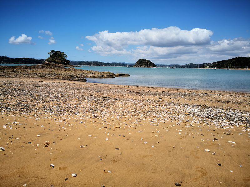 Muschelstrand und Ausblick auf die Bay of Islands